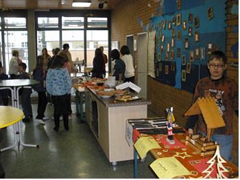 Schüler am Verkaufsstand