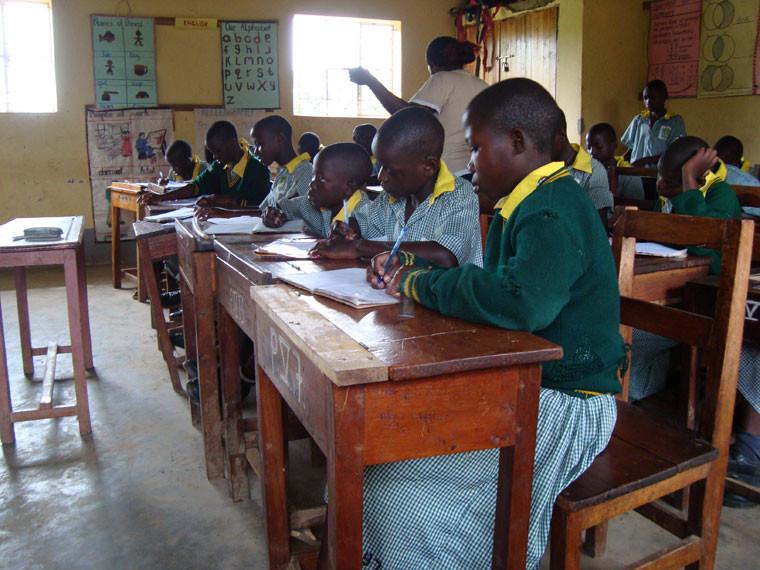 Vor 12 Jahren wurde hier der Grundstein unseres Projektes gelegt: Vor allem die Kinder der höheren Klassen sind konzentriert bei der Sache, ...