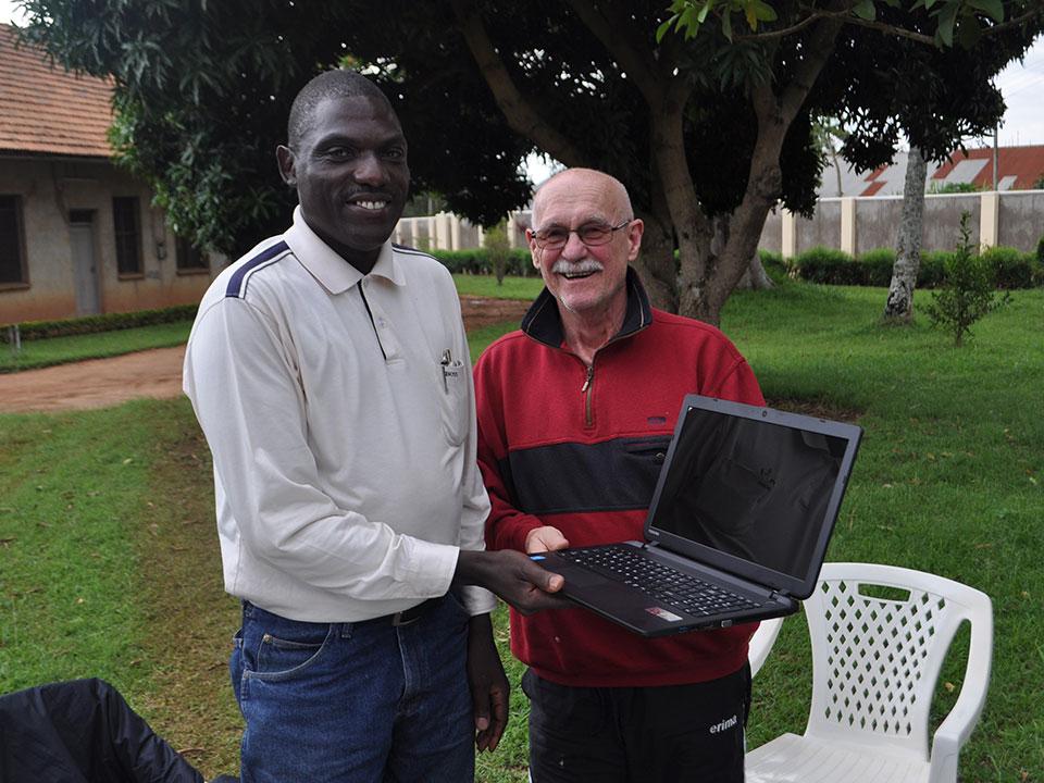 Da sein alter gestohlen wurde, erhält er von uns für seine wichtigen Arbeiten einen neuen Laptop. Stephen freut sich riesig und bedankt sich sehr.