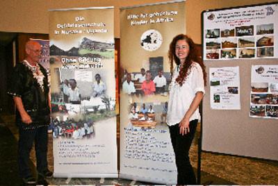 Gerhard und Katina an den neuen Afrikaprojekt-Stellwänden