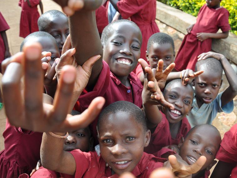 ...und wurden natürlich gleich von den jubelnden Kindern überrumpelt, die ihrer Freude freien Lauf ließen.