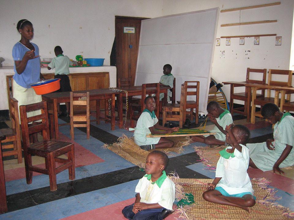 Die Taubblinden in ihrem Klassenzimmer.