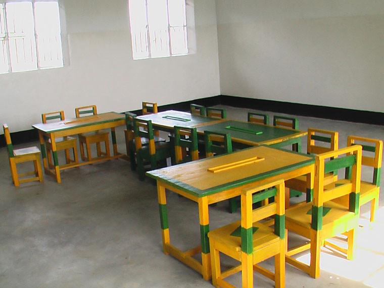 Das Ergebnis sind wundervoll gestaltete Tische und Stühle der Klasse PI, ...