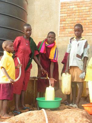 Kinder beim Wasserabzapfen von einem Kanister