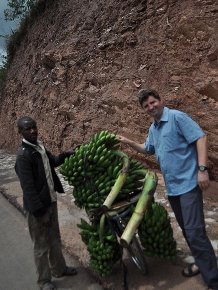 Burkhard kauft ebenfalls aus eigener Tasche ein paar Bananenstauden.