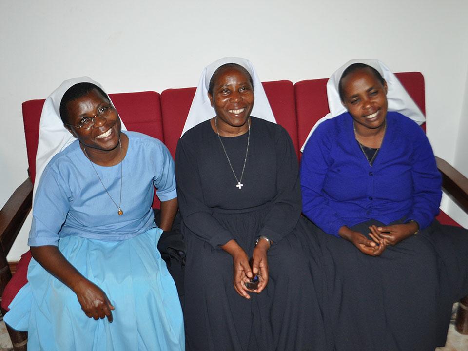 Die drei Schwestern von Ntungamo: von links nach rechts: Schwester Jacinta, Schulleiterin Schwester Bakuze und Schwester Josephine, welches nächstes Schuljahr Sr. Bakuze als Schulleiterin ablösen soll.