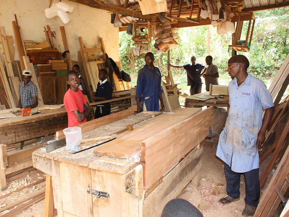 ...Trevor erlernt in Namirembe das Schreinerhandwerk.