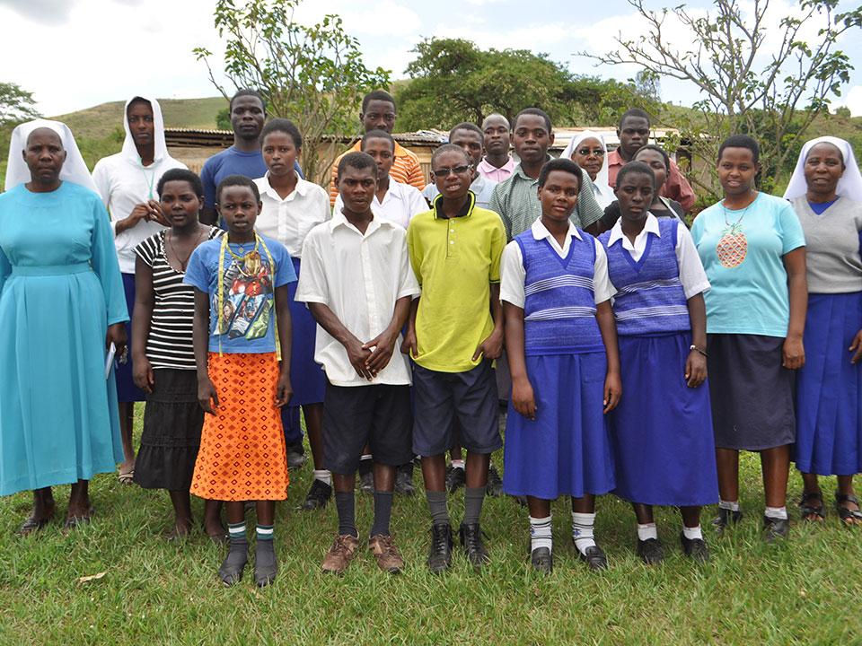 Auf dem Heimweg besuchen wir die Berufsschule in Isingiro, wo 13 ehemalige Schüler aus Ntungamo ihre Berufsausbildung machen und wir auch Patenkinder unterstüzten.
