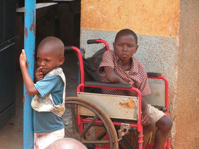 Wollen Sie diesen Kindern ein Lächeln schenken? Dann spenden Sie bitte!