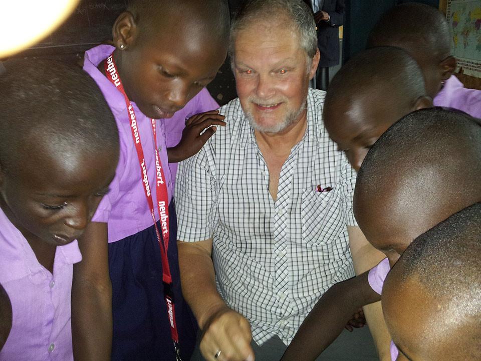 Kaum weist Manfred Becker die Kinder in das Programm ein, ...