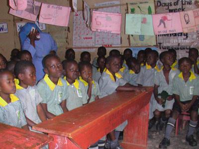 Die Kindergartenkinder damals in einem viel zu kleinen und dunklen Raum in einer weiter entfernten Schule.
