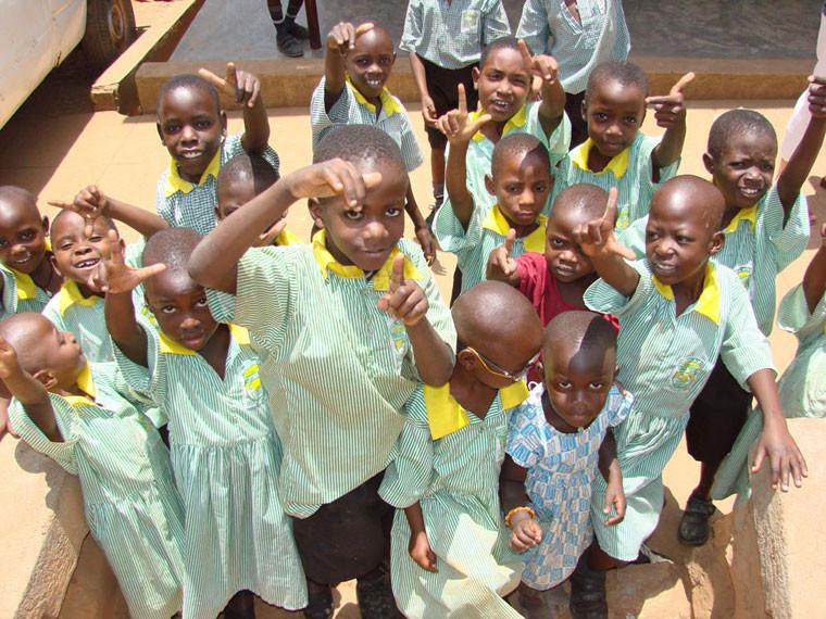 ...zu verbessern versuchen. Wie jedes Jahr werden wir in dem von uns geförderten Dorf in Bwanda/Masaka ganz herzlich von den gehörlosen Kindern empfangen.