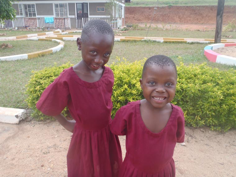 Zwei taubblinde Kinder.