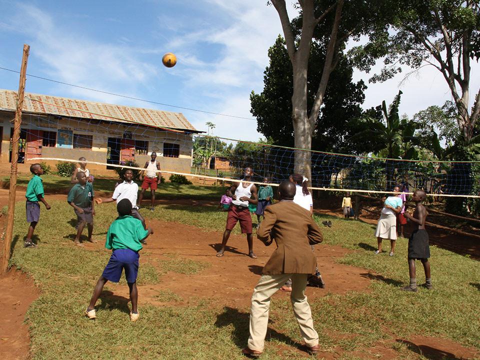 Das gute Lehrer- / Schüler-Verhältnis wird durch gemeinsamen Sport gefördert.