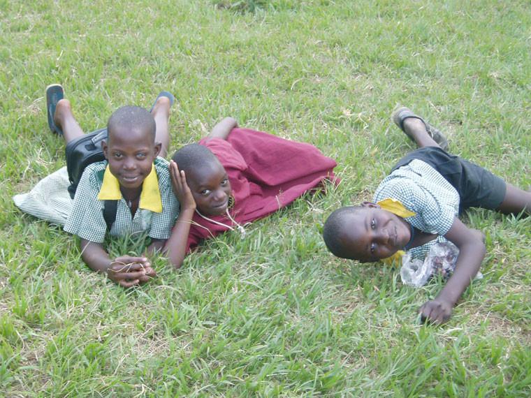 Nach Unterrichtsende wird gleich mal im Gras gewälzt, ...
