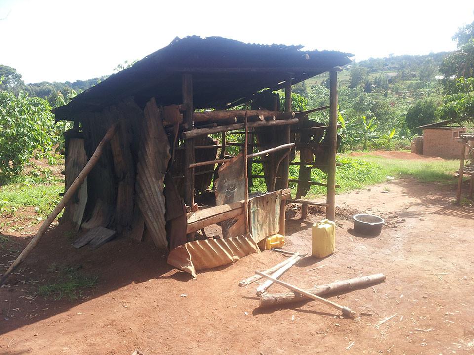 ...Gekochtes aus dieser Küche essen, außerdem fehlt es der Schule an einem Speisesaal sowie Toiletten und Waschräumen.