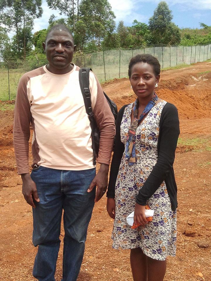 Unser fachkompetente Projektmitarbeiter vor Ort, Stephen Kasumba (ertaubt), kommt mit seiner Dolmetscherin Loy zu Besuch.