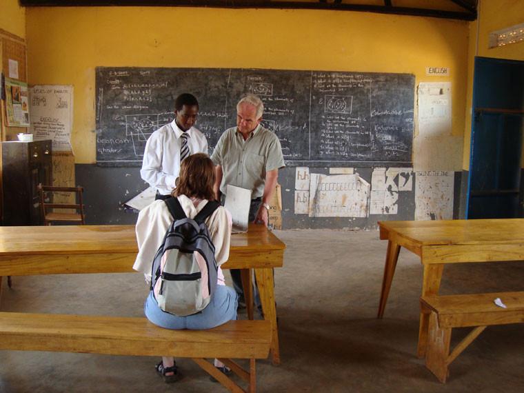 Der akute Lehrermangel (auf etwa 65 Kinder in 7 Klassen kommen 4 Lehrer) ist noch lange nicht behoben, es gibt auch keine Unterkunft für das Personal.
