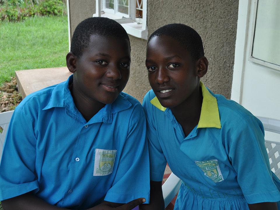 Diese beiden Mädchen können Dank ihrer und unserer Unterstützung an unserer Schule Schneiderei lernen...