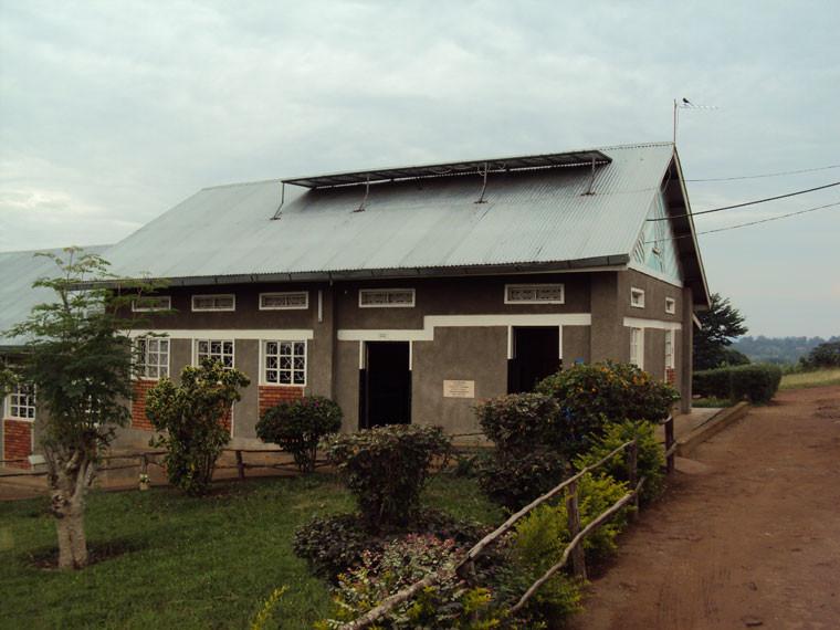 Die Dank einer Intiative von Projektmitarbeiterin Christina Fischer aus Rimpar von der Firma Solarworld gespendeten Solarpanele sind schon auf den Dächern befestigt...