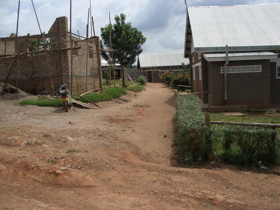 Hier soll ein Tor gebaut werden, damit der Eingang zum Schulgelände gesichert und überwacht werden kann.