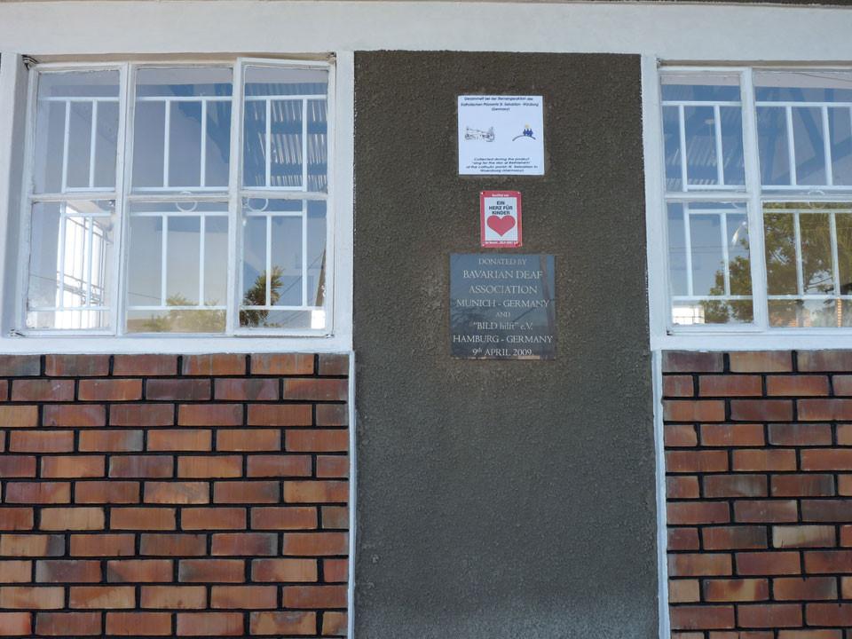 An einer Eingangstür wird vermerkt, wem wir die Klassenräume zu verdanken haben: ...