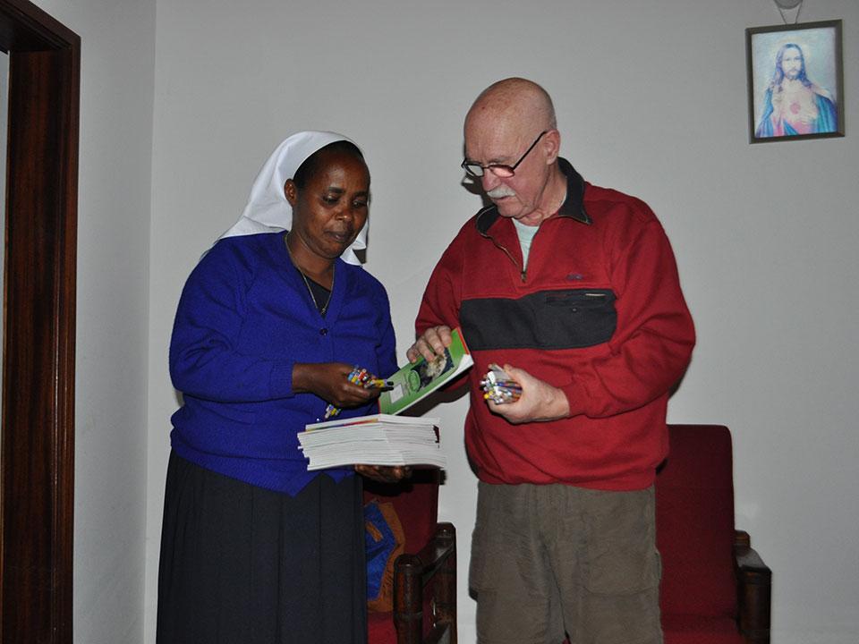 Abends übergeben wir den Schwestern Schulutensilien für die Kinder, ...