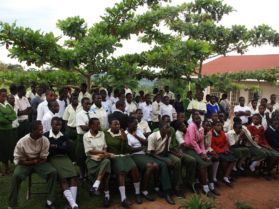 Auf dem Rückweg besuchten wir die Secondary School in Wakiso, eine weiterführende Schule, die oft von den Schulabgängern der St. Mark VII. School Bwanda besucht wird.