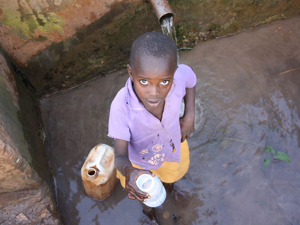 ...damit die Kinder nicht mehr alltäglich ihren weiten Weg zum Brunnen abhalten müssen.