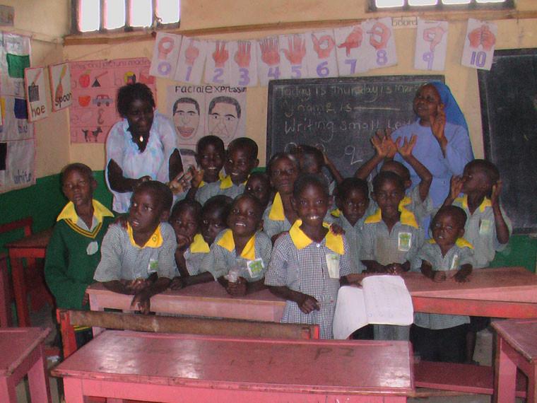 Wir gestatteten uns einen Besuch des Kindergartens, der immer noch in einem weiter unten gelegenen Dorf in einer hörenden Schule geführt wird.