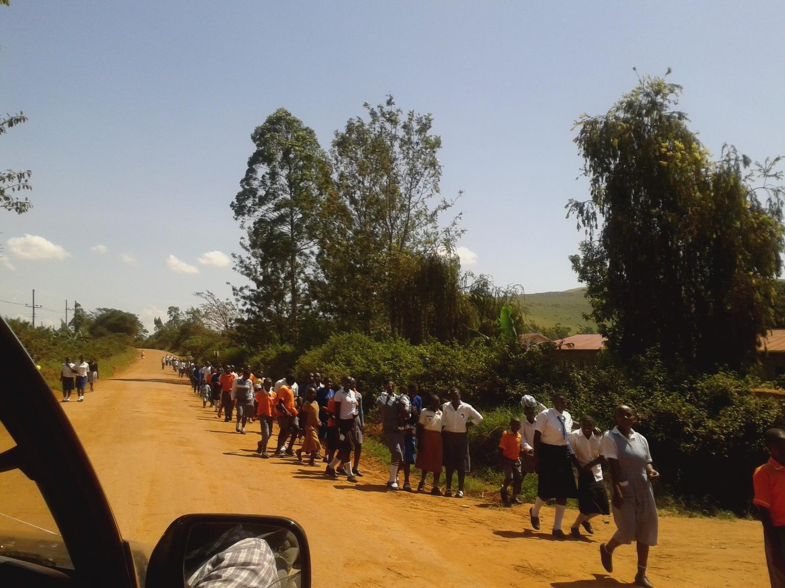 Kinder auf dem Rückweg von der Kirche