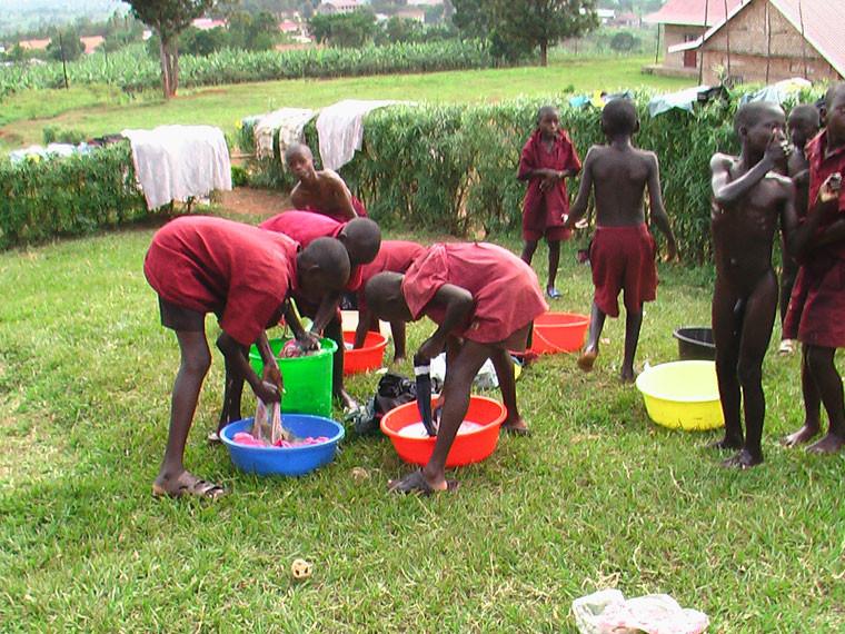 Nun können die Kinder ohne kräftezehrendes Wasserkanister-Schleppen in den Knochen vor Ort ihre Kleidung waschen...