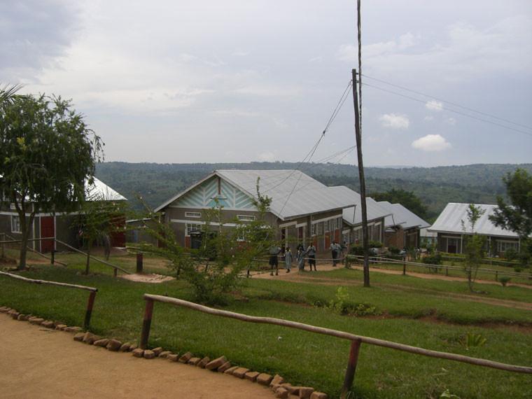 In unserem Dorf in Bwanda angekommen und einen überwältigen Empfang hinter uns, sehen wir hier, was die Kinder den lieben Spendern zu verdanken haben: Ganz links die Autogarage, in der Mitte die Mädchenschlafsäle, rechts daneben ist der...
