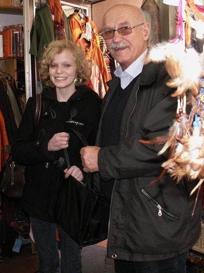 Hannah Strauß bei der Übergabe der Spende an Projektleiter Gerhard Ehrenreich
