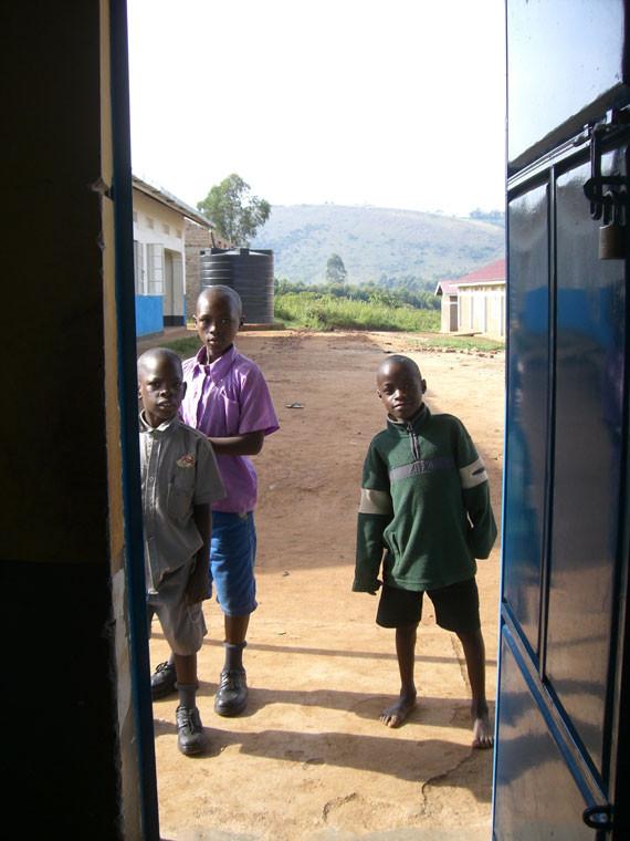 Die Kinder in Ntungamo hoffen auf eine Wasserleitung, damit sie nicht immer wieder den kilometerlangen Marsch zur lebensnotwendigen Wasserstelle bewältigen müssen, ...