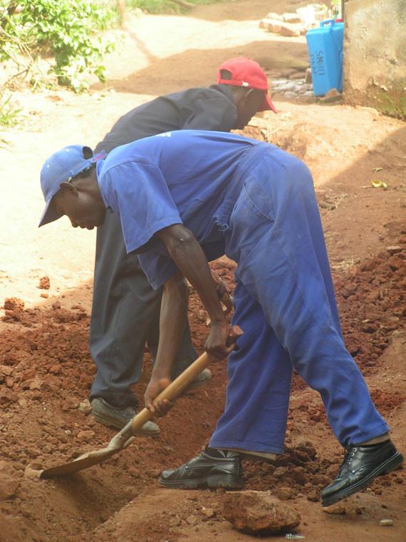 Mittlerweile buddeln die Arbeiter schon in unserem Dorf...