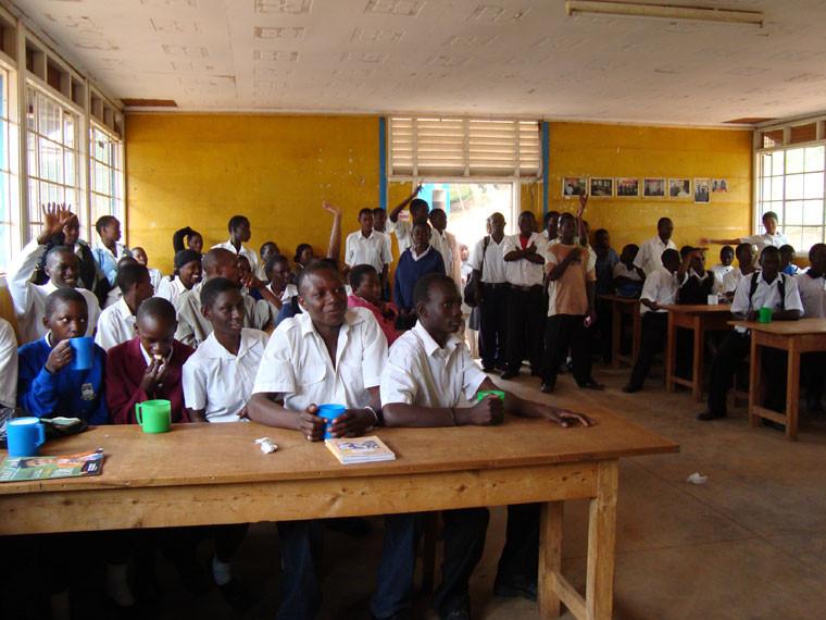 Zu Besuch in der Berufsschule in Kampala, wo einige ehemalige Schüler von ihren Pateneltern weiter gefördert werden. Vertrauen ist zwar gut, aber Kontrolle ist besser, daher wird das Patengeld wird ab jetzt direkt an die Berufsschule überwiesen.