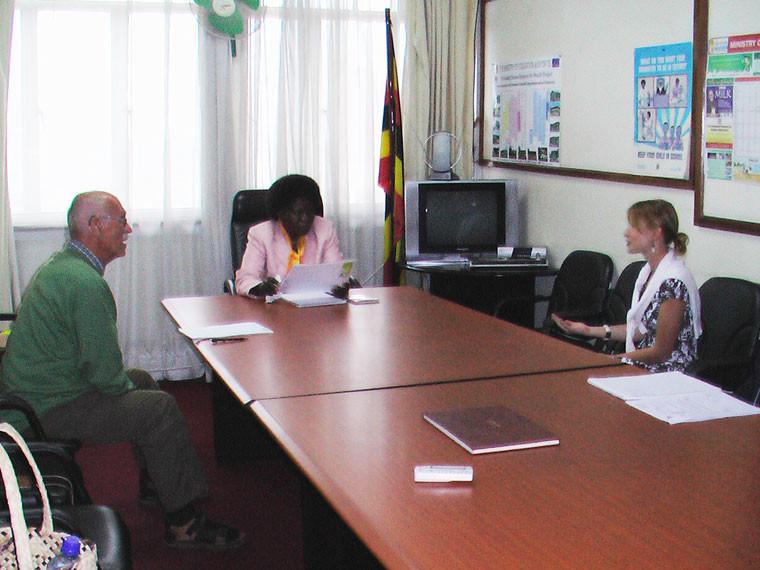 ...und die ugandische Ministerin für Erziehung, Bildung und Sport, Frau Bitamazire, um mehr staatliche Unterstützung der von uns geförderten Schulen zu erreichen.