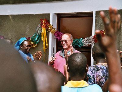 Gerhard Ehrenreich vor Ort bei der Eröffnung der Mädchenschlafräume