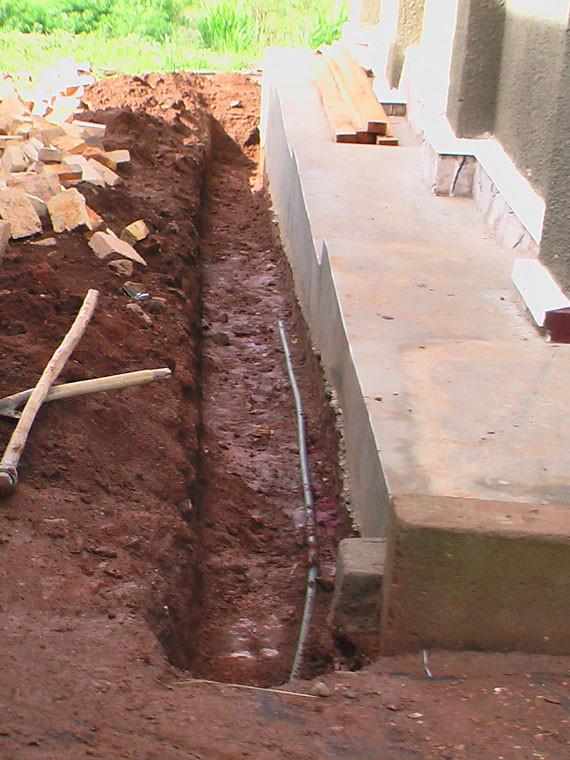 ...Wasserleitung verlegt werden kann. Hier wird in Kürze die Küche mit fließendem Wasser versorgt werden.