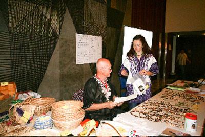 Gerhard Ehrenreich und Katina Geißler am Info-Stand