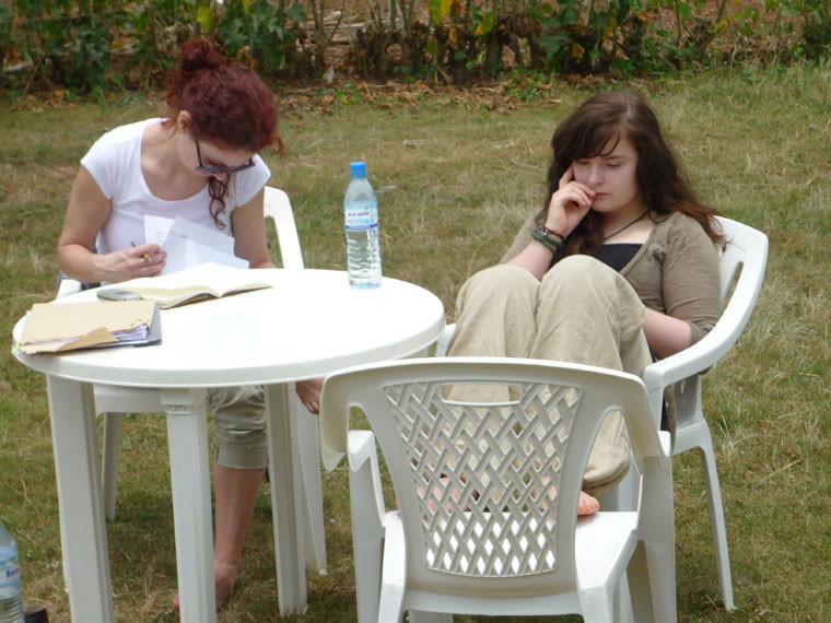 Während Projektmitarbeiterin Katina Geißler aus Nürnberg und Dolmetscherin Sandra Winopal aus Berlin anderweitig beschäftigt sind, ...