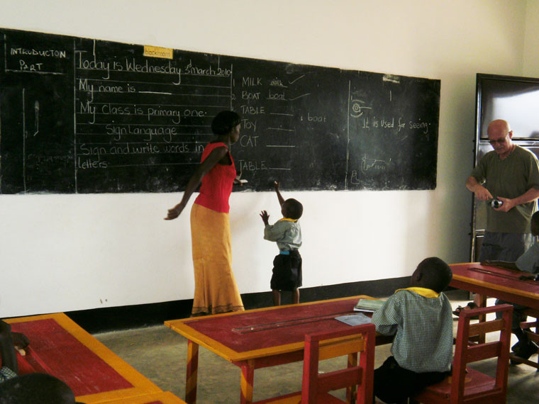 ...und werden von einer gehörlosen Lehrerin unterrichtet.  Auch dieser kleine Mann möchte irgendwann hoch hinaus, ...