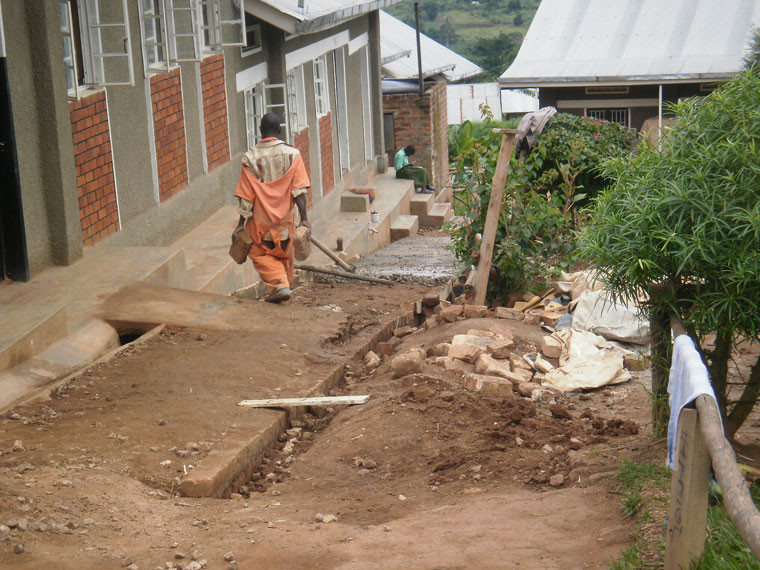 ...arbeitet man gleich um die Ecke an einer Rampe für den Regenwasserabfluss, ...