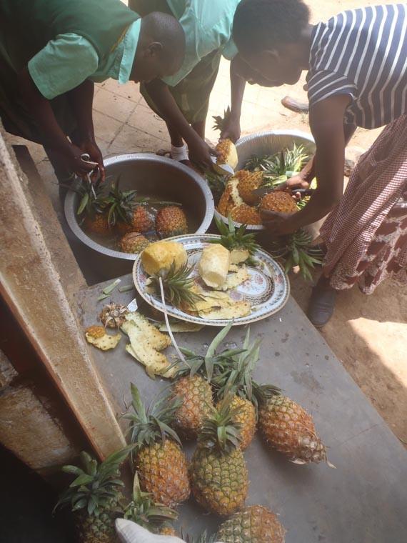 Unsere gekaufte Ananas wird zubereitet.