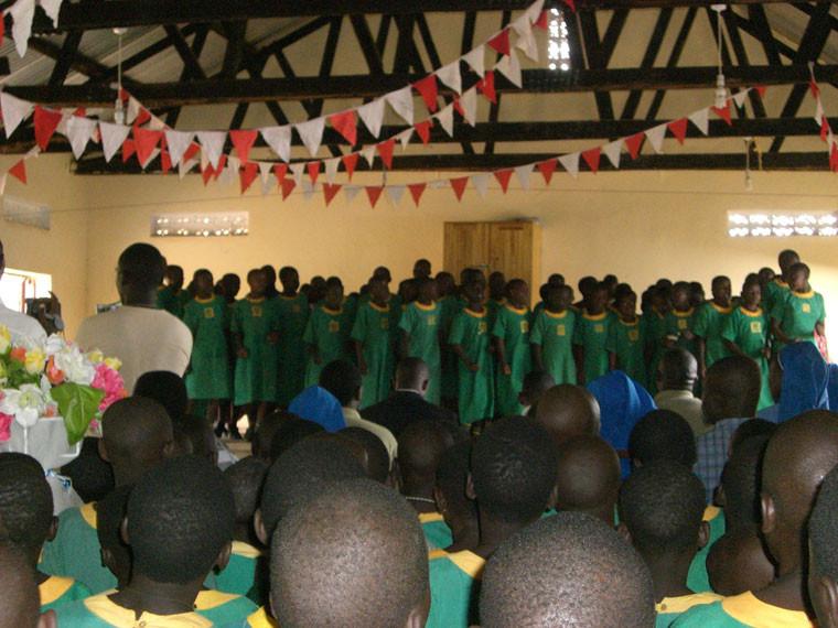 Die hörenden Kinder aus der Nachbarschule singen das von unserer Dolmetscherin Debora vorher einstudierte deutsche Willkommenslied, ...