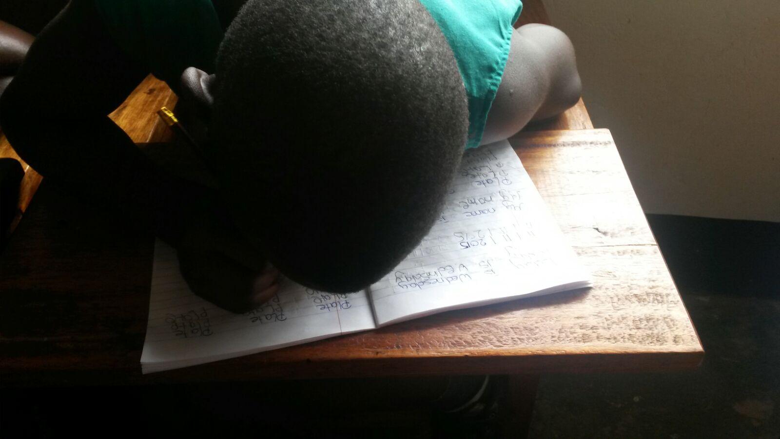 Hasifa beim Schreiben