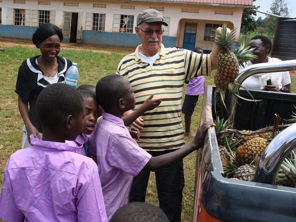...um die Kinder mit der süßen Frucht zu überraschen, ...