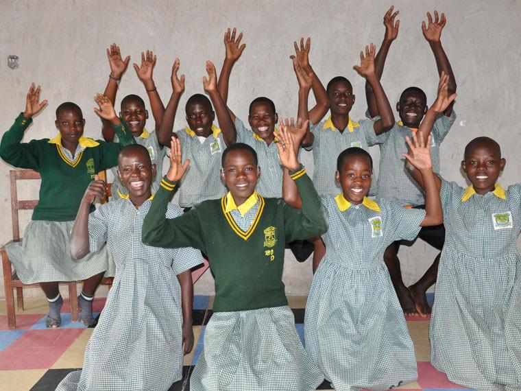 Die auserwählten, größeren und vernünftigeren Kinder mit Restgehör freuen sich riesig über die Hörhilfen.