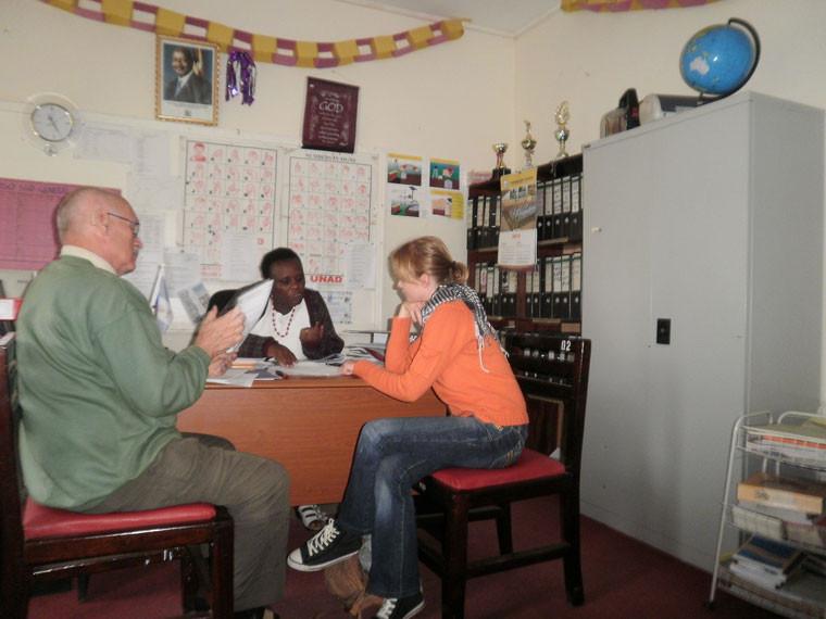 Mit Dolmetscherin und Projektmitarbeiterin Christina Fischer besuchen wir die Wakiso School in der über drei Fahrstunden entfernten Hauptstadt Kampala und kontrollieren, ob die Gelder für die Patenkinder an der weiterführenden Schule auch ankommen, ...